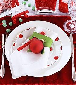 Новогодний стол, прежде всего, должен отличаться нарядной праздничной посудой — нарядные тарелки, хрустальные бокалы, блестящие столовые приборы